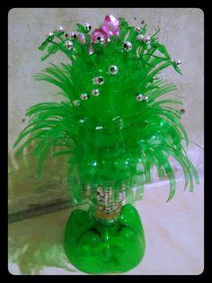 Vase and flower Reuse Plastic Bottles, P. Reuse Plastic Bottles, Plastic Bottle Crafts, Plastic Spoons, Recycled Bottles, Recycled Crafts, Soda Bottle Crafts, Soda Bottles, Plastic Flowers, Paper Flowers