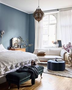 Minimalism meets maximalism in this new take on bohemian decor. Step inside the whimsical apartment of interior designer Amelia Widell, where vintage finds, sleek furniture, warm textures and playful colours create a unique look with an international feel Interior Design Bedroom, Bedroom Decor, Blue Bedroom Decor, Bedroom Colors, Bedroom Interior, Home, Interior, Eclectic Bedroom, Home Decor