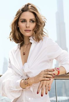 Olivia Palermo wearing a white shirt and red nail polish, chic look! Olivia Palermo Outfit, Olivia Palermo Stil, Olivia Palermo Lookbook, Inspiration Mode, Photoshoot Inspiration, Fashion Dictionary, Mode Style, Portrait, Style Icons