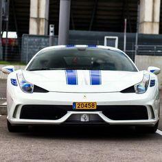 Ferrari bianca e blue in omaggio alle corse Usa