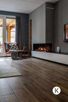 Kalfire - Home is where the haard is In 'Home is where the haard' is nemen we een kijkje in een bi. - Kalfire – Home is where the haard is In 'Home is where the haard' is nemen we een kijkje in een bijzonder interieurproject - Family Room Fireplace, Bedroom Fireplace, Home Fireplace, Modern Fireplace, Fireplace Design, Linear Fireplace, Fireplace Ideas, Interior Design Living Room, Living Room Designs
