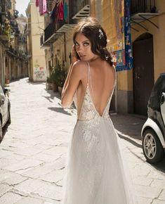 """bfe1914dbeb8 Sposa Moda Luxury Bridal on Instagram  """"Νυφικό φόρεμα με εντυπωσιακή  ανοιχτή πλάτη πλαισιωμένη με λουλούδια. Θα το ερωτευτείτε 💕💕   NewCollection 2019 ."""