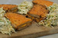 Noem dit een 'snack', noem dit een bord comfort-food. Eén ding staat vast: het is een regelrechte aanval op je smaakpapillen. Deze croque met witloofsla is gemaakt met alleen maar eerlijke en kwalitatieve producten. Eens te meer is het bewezen dat Belgisch witloof, ham en kaas een gouden trio zijn. Deze maaltijd met vers brood en een frisse zoetzure salade heeft alles in huis om een klassieker te worden.