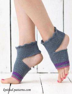 Crochet Yoga Socks: FREE pattern - lo b-day gift burgandy colored Crochet Boot Cuffs, Crochet Boots, Crochet Gloves, Crochet Slippers, Knit Or Crochet, Crochet Crafts, Knitting Socks, Crotchet Socks, Knitting Patterns