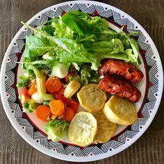 Fomeee!!! #almoço, #lunchtime , #saladadefolhas, #alface, #agrião, #rúcula, #legumes, #cenoura, #chuchu , #vagem , #amaranto, #brócolis , #ervilhasfrescas, #minimilho, #pimentão, #ovosdecodorna, #batatadoce, #linguiçasuina, ahh... e tá gostoso viu?! #saudeemfoco , #foconameta , #equilibriosempre , #vemcarnaval , #carnavalemsalvador .