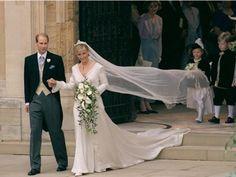 Para comemorar o mês das noivas , maio ,eu fui pesquisar os vestidos de noiva mais admirados do mundo: os vestidos das princesas.     Há a...