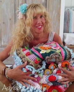 """Deze foto is van alweer heel wat jaartjes terug toen ik begon met stola""""s ontwerpen. Het mooie is dat het nooit verveelt de mogelijkheden zijn oneindig! #happytuesday #crochetshawl #gehaakteomslagdoek #instacrochet #happycollors #uncinetto by adindasworld"""