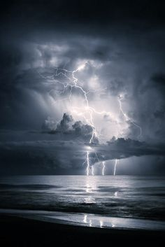 Scary Beautiful Photo of Incoming Storm Clouds Beautiful Sky, Beautiful Landscapes, Beautiful World, Beautiful Places, All Nature, Science And Nature, Amazing Nature, Lightning Photography, Nature Photography
