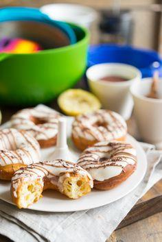 Настоящие американские пончики, никакого компромисса! Знаете ли вы, что в 2015 году компания Dunkin' Donuts празднует своё 65-летие? История началась в 1950 году, когда Билл Розенберг открыл первую кофейню. С тех пор пончики стали завоёвывать мировую популярность, появляться в фильмах и мультиках (все помнят Симпсонов?). Недавно мы делали шоколадные пончики в духовке, они были красивые и...