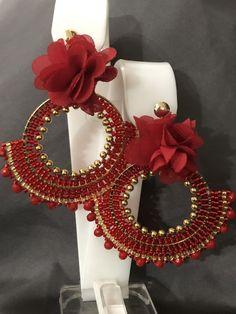 Aretes de flor Gold Earrings Designs, Beaded Earrings, Beaded Jewelry, Crochet Earrings, Jewellery, Jewelry Accessories, Women Jewelry, Imitation Jewelry, Brick Stitch