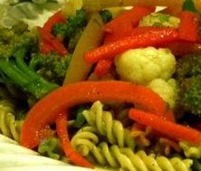 Fusillis tricolores aux légumes et pesto Pesto, Carrots, Stuffed Peppers, Vegetables, Drinks, Food, Lean Recipes, Healthy Balanced Diet, Vegetarian Cooking