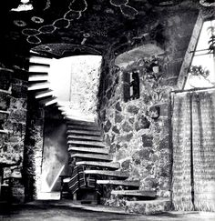 Escalera a las recámaras, Casa Juan O'Gorman, av. San Jerónimo 162, Jardines del Pedregal, San Ángel, Ciudad de México 1952  Arq. Juan O'Gorman  Foto. Marvin Rand -   Staircase to the bedrooms, Casa Juan O'Gorman, av. San Jerónimo 162, Gardens of Pedregal, San Angel, Mexico City 1952