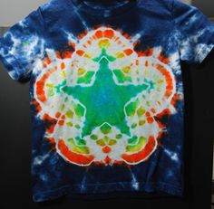 """Tie dye star tutorial A lot of people ask me """"how did you make that pattern? Recently, I was asked by a local art teacher and lover of tie dye how to make a How To Tie Dye, How To Dye Fabric, Diy Camisa, Tie Dye Folding Techniques, Shibori Techniques, Tie Dye Tutorial, Diy Tie Dye Shirts, Tie Dye Party, Tie Dye Crafts"""
