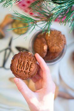 Doma peču jednoduché sušenky, které mi trochu připomínají čokoládová esíčka. Do vánoční verze jsme namixovala koření tak, že ucítíte perníkovou příchuť, což se nyní docelahodí. Většinou peču dvojitou dávku, šetřím proud imojí energii. Sušenky pak hoím do uzavíratelné nádoby, tam vydrží klidně měsíc. Po pár dnech lehce změknou a řekla bych, že chutnají ilépe. Toto je dobré říct před všemi nahlas, nechceme přece, aby se to během 10minut vše snědlo. Upřímně, někdy když je zapomenu… Christmas Cookies, Food Inspiration, Almond, Muffin, Food And Drink, Vegan, Breakfast, Desserts, Recipes