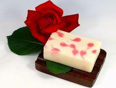 Duschbutter Endless Love ist mit 35 % besonders hoch überfettet. Ein wahres Luxuspflegestück für trockene und schuppige Haut. Sie verbreitet einen sinnlichen Duft nach blühenden Rosen. http://www.castello-seifen.de/Duschbutter/Duschbutter-Endless-Love.html