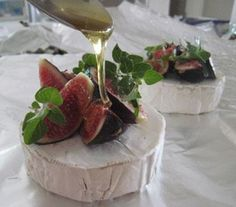 camembert figs & honey now wrap in foil & place next to fire for min serve with french loaf for pre braai snack Braai Recipes, Appetizer Recipes, Snack Recipes, Cooking Recipes, Kos, Good Food, Yummy Food, South African Recipes, Cheese Platters