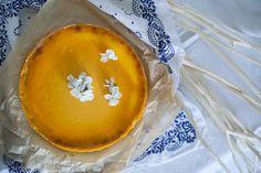 mango cheesecake with white violets http://gruszkapietruszka.pl/post/85745101364/sernik-mango