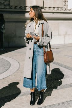 wide leg denim with a trench and booties - fall street style 2018 Wide Leg Denim mit Trenchcoat und Street Style 2018, Looks Street Style, Mode Outfits, Fashion Outfits, Womens Fashion, Fashion Clothes, Ladies Fashion, Winter Outfits, Denim Winter Dresses
