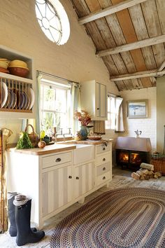 38 Super Cozy And Charming Cottage Kitchens - Interior Decorating and Home Design Ideas Dream Kitchen, Cozy Kitchen, Interior, Home, Cottage Kitchen, Country Kitchen, Home Kitchens, Cabin Kitchens, Kitchen Design
