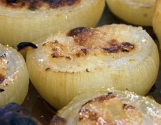 Simple flavours - onion and smoked cheese - that combine perfectly for an Italian dish that complements practically all main courses. Baked Onions, Potato Ricer, Parsley Potatoes, Smoked Cheese, Grubs, In The Flesh, Bread Crumbs, Side Dishes, Garlic