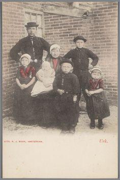 Gezin in Urker streekdracht. 1886-1905 #Urk