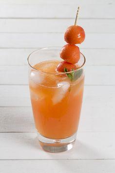 El agua de papaya es una bebida muy tradicional en México que te ayuda a hidratarte en situaciones donde el calor se encuentra insoportable, a parte que te aporta fibra y azúcar. Si a tus hijos no les gusta comer fruta, el agua de papaya es la opción ideal.