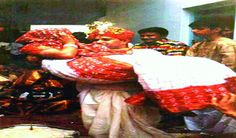 दूल्हा अपनी दुल्हन को गोद में उठाकर लेते हैं फेरे  #दूल्हा #दुल्हन #गोद #फेरे #couple #lovenews