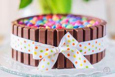 Happy Birthday Sohnemann! Ich musste sie noch schnell fotografieren, bevor sie als Überraschungstorte angeschnitten wird, daher gibt es nur ein Foto von der kompletten Torte!Aber ich verspreche euch, dass diese KitKat-Torte auch von innen himmlisch gut ist.Denn hinter den KitKat sowie auch unter den Smarties versteckt sich ein locker luftiger …