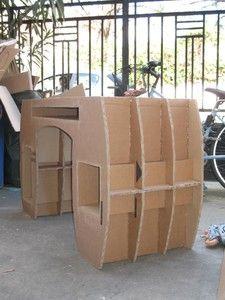 Meuble en carton en cours de fabrication.