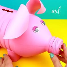 Turn a plastic bottle into a useful and cute piggy bank! Turn a plastic bottle into a useful and cute piggy bank! Reuse Plastic Bottles, Plastic Bottle Flowers, Plastic Bottle Crafts, Recycled Bottles, Soda Bottle Crafts, Diy Bottle, Piggy Bank Craft, Plastic Piggy Banks, Garrafa Diy
