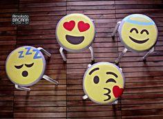 A diversão está no ar. As capas para banquinho dos emojicons vieram diretamente do whatsapp para deixar sua decoração com um visual descontraído, antenado e irreverente.