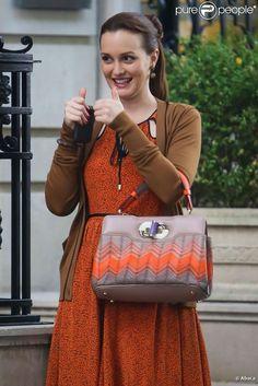 Leighton Meester, habillée d'une robe Jason Wu et d'un sac Bvlgari, semble de bonne humeur sur le tournage de Gossip Girl. New York, 17 août 2012.