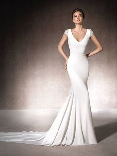 The MELIA mermaid wedding dress has a spectacular V-neckline, is made of crepe and has gorgeous short sleeves with gemstone embroidery