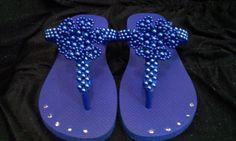 Lindo chinelo havaianas decorado com flor e cabedal feito em pérolas azuis.