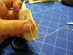 Aprenda a fazer um presépio todo feito a partir de feltro. Ficará bastante meigo no lugar que você escolher decorar. Escolhemos um tutorial bem legal que encontramos no blog da artesã Maria Elza.
