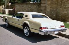 Lincoln Continental Mark IV : huge but elegant of the 70's