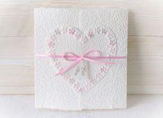 Machen Sie Ihrer Mama eine kleine Freude mit dieser besonderen, handgemachten Karte. Es sind viele Farben erhältlich. Die Karte besteht aus handgeschöpftem Papier, welches ich mit viel Liebe selbst schöpfe. Sie wird mit einem Umschlag und einem Einlegeblatt aus Transparentpapier geliefert. Eine Individualisierung mit einem Wunsch-Titel kann ebenfalls gewählt weden. #Glückwunschkarte #Muttertag #Blumen #Herz #pastell #lilimo #Muttertagskarte #bestemama #bestmom #liebe #blümchen #danke #mama Beste Mama, Mom, Etsy, Card Ideas, Paper, Nice Map, Place Cards, Glee, Invitations