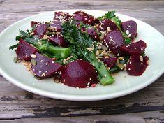 Dnes si připravíme zdravý a lehký salát z červené řepy s cibulí, česnekem a citronovou šťávou.