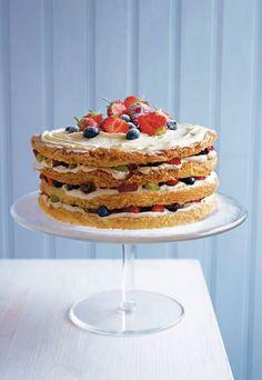 Geburtstagskuchen mit Sahne und Beeren - lecker! http://www.gofeminin.de/kochen-backen/rezepte-aus-skandinavien-d45186c529939.html  #kuchen