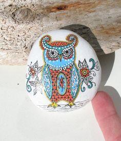 Il sagit dune main peinte dessinés en pierre avec un design original de moi-même à la main. Jaime créer des motifs complexes spontanément qui offrent