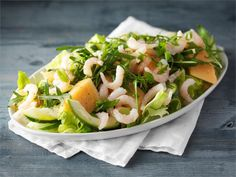 Hedelmäinen katkarapusalaatti on mainio lounassalaatti. Tarjoa salaatin kanssa tuoretta leipää.