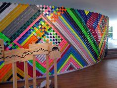 Mural de cintas plásticas (slats) en malla ciclón.