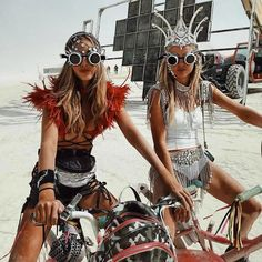 Mar 2020 - Burning Man is a festival that takes place at the end of every summer. Check out these amazing pictures from Burning Man. Burning Man Style, Estilo Burning Man, Burning Man Mode, Burning Man Girls, Burning Man Fashion, Burning Man Night, Burning Man Hair, Burning Man Makeup, Burning Man People
