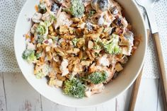 Broccolisalat med æble og valnødder