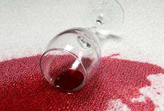 Rødvin smager godt, men er ikke så flot på gulvet, dugen eller tøjet. Ved du hvordan du skal fjerne rødvinspletter, hvis uheldet er ude? Få svaret her.