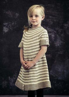 085d86b1bc79 Strikket kjole med striber til piger. Gratis strikkeopskrift i Mayflower  Easy Care Classic. Strikkeopskrift