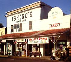 Folks drive from Hilo for the scrumptious home-style baking found here. Find old-fashioned long johns (éclair-style pastry), hearty cookies and the island's best Portuguese sweet bread.