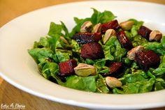 Rezept für einen Mangoldsalat mit Roter Bete & Pistazien. http://www.bettys-elbgruen.de/recipe/mangoldsalat-mit-roter-bete-pistazien/