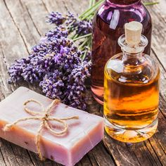 Handmade Gifts DIY Gift Idea: Prescription for moisturizing soap with lavender oil - made from only 4 . Sugar Scrub Diy, Diy Scrub, Deodorant, Diy Shampoo, Natural Candles, Natural Soaps, Homemade Cosmetics, Recipe Instructions, Soap Recipes
