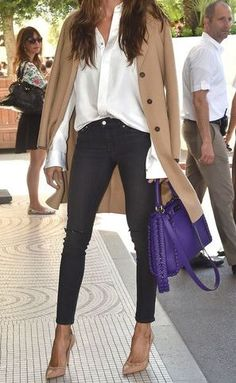 White shirt, black jeans, nude coat and pumps and a purple bag - Miladies.net